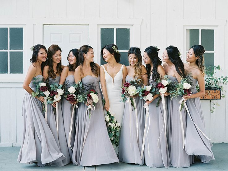 I'm kinda freaking out about this color palette; the dove gray bridesmaids' dresses, the creams, the greens and those pops of burgundy. I would never have thought of this creative combination but it works oh so, so well. And Luna
