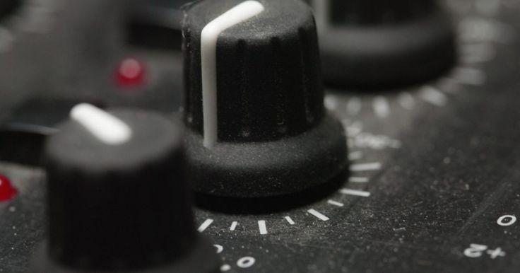 Cómo utilizar un mezclador de audio. Hay muchos usos para un mezclador de audio, y si conoces sus capacidades mejorará tu experiencia de uso en gran medida. Un mezclador de audio es una herramienta esencial en el trabajo con audio. Desde el uso de un mezclador en un entorno real como DJ, hasta hacer el trabajo de producción en un estudio, el mezclador suele ser el eslabón central y ...