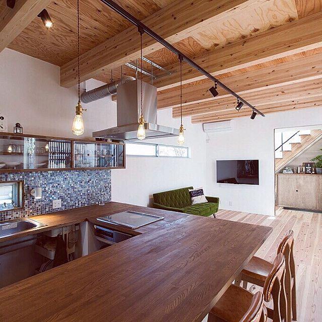 3LDKの無垢材/ナチュラル/漆喰壁/漆喰/soramado/コの字キッチン…などについてのインテリア実例を紹介。「ソラマドの家に惚れ込んだ一番の理由はキッチンです。オシャレなお家はたくさんありますが、キッチンまでオシャレってなかなかなくてコレだ!と思いました(^-^)  キッチンは料理していると孤独感⁉︎がありましたが、ここはリビングと一体感があり、ダイニングテーブルはキッチンと一体化!なので子供の宿題見ながらお料理してます(^-^)家族と会話しながら家事出来るのがホントお気に入りです♡」(この写真は 2016-01-08 18:36:32 に共有されました)