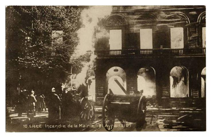 Lille. Incendie de l'hôtel de ville, 23 avril 1916. Fire at City Hall, 23 April 1916.