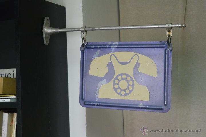 CARTEL ANTIGUO DE TELEFONO PUBLICO. METALICO CON FORMA DE BANDERIN. AÑOS 60-70 (Coleccionismo - Carteles y…