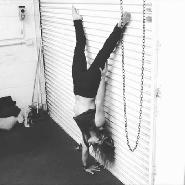 I really shouldn't even be trying this because I don't have a solid, perfectly aligned, straight line handstand but was having a bit of a f&*k it moment. @yuri_marmerstein would not be impressed 😜. Learn all about handbalancing from him, he is the man. #handstand #handbalance #calisthenics #onearmhandstand #kook #dramaticrollerdoorimpact