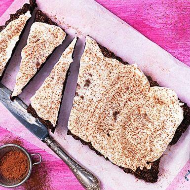 Vad sägs om en helt laktos- och glutenfri kladdkaka, som inte ens kräver någon ugn? Det fixar du enkelt genom att mixa bland annat valnötter, dadlar, ren havre och rå kakao. Låt kladdkakan sätta sig i kylen och bjud med spännande cashewgrädde.