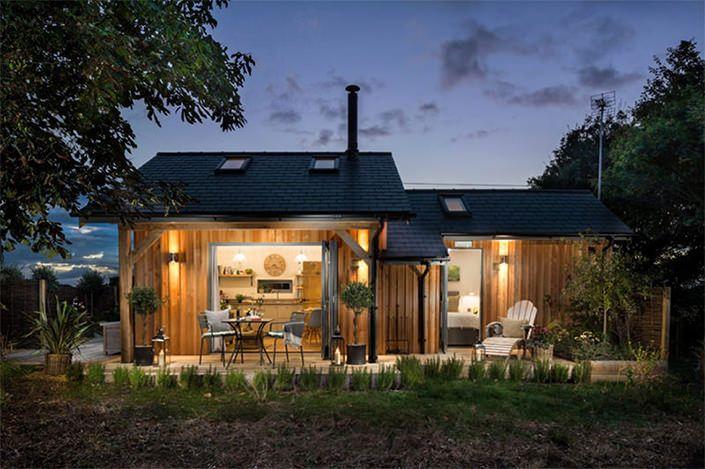 Batizada de Tickety Boo, esta luxuosa casinha de madeira que fica em Long Melford, Suffolk (apenas a duas horas de Londres), na Inglaterra, está disponível