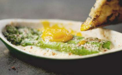 Αυγά στο φούρνο με σπαράγγια