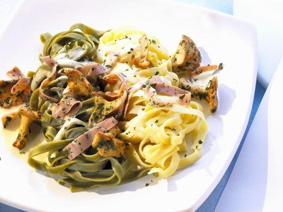 Pfifferling-Schinken-Soße zu grünen und weißen-Nudeln ist ein Rezept mit frischen Zutaten aus der Kategorie Sahnesauce. Probieren Sie dieses und weitere Rezepte von EAT SMARTER!