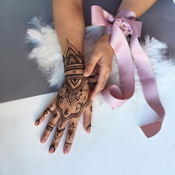 Mehndi art for hand by @veronicalilu