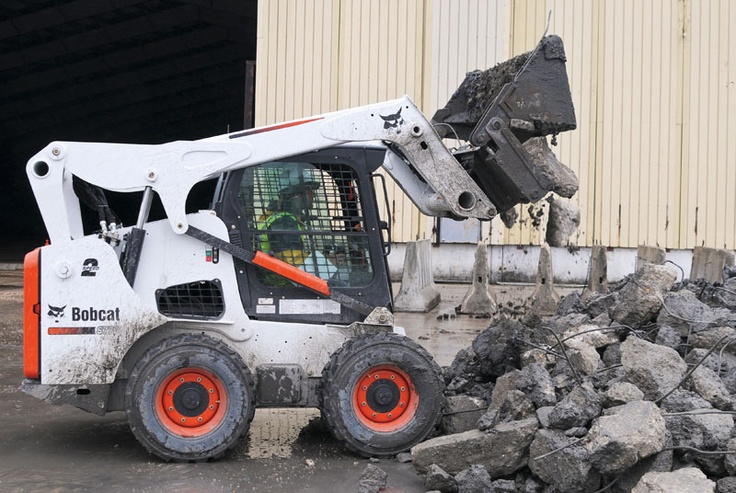 A Bobcat S770 sorts things out with a combination bucket