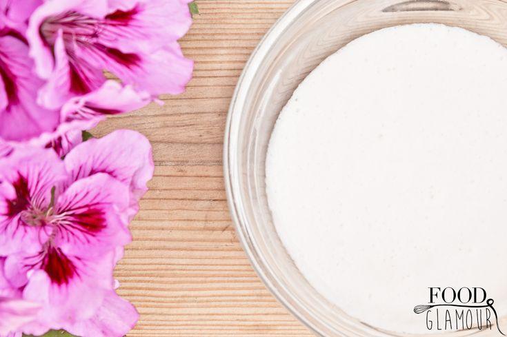 Zelf crèmemaken is behalve erg leuk om te doen ook supergoed voor je huid! Omdat je werkt met verse ingrediënten zonderschadelijke stoffen. Deze crèmedoet wonderen voor je huid. Hij werkt anti-verouderend, vochtinbrengend, bindweefsel-verstevigend en laat je huid stralen! Zelfgemaaktecrème's zonder water zijn vetter, zoals body butters. Waardoor ze wat minder geschikt zijn voor je gezicht.…