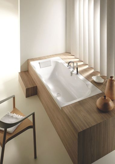 Cette baignoire s'offre des formes contemporaines - Et les salles de bains s'offrent de plus en plus du bois -  (source CôtéMaison.fr)