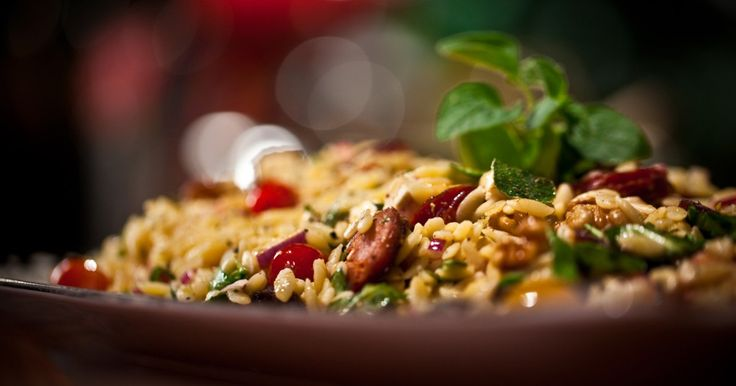 Une recette de salade d'orzo au chorizo et au fromage féta, présentée sur Zeste et Zeste.tv