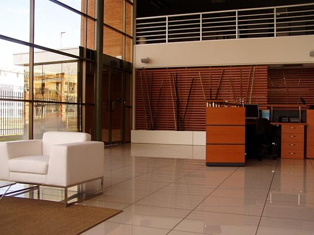 Mesón de recepción remodelado. Treillage como separador de ambientes delimitando los espacios. Cajón horizontal blanco para colocar troncos de bambú (elemento decorativo).