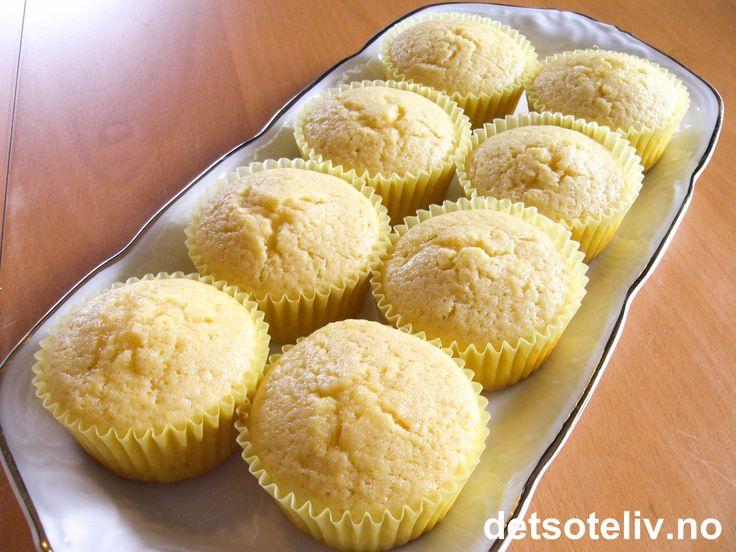 """""""Sitronmuffins"""" er myke og lettlagede muffins med deilig smak av sitron. Oppskriften gir 20 stk."""