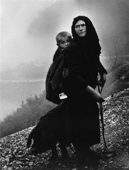 Στο δρόμο για το μεροκάματα, Ήπειρος 1965 Η εικόνα της γυναίκας που μεταφέρει ζαλιγκωμένο το μικρό παιδί της, ενώ σέρνει πίσω της το οικόσιτο γουρούνι, ανάγεται σε σύμβολο σθένους ενάντια στην απελπισία και τη φτώχεια .