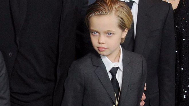Voir son enfant grandir n'est pas toujours simple. On rêve du plus bel avenir pour eux et qu'ils n'aient jamais à connaître de souffrances. C'est à cause de cette peur tout à fait légitime que l'on se pose parfois mille questions sur leur comportement, comme lorsque notre bambin décide tout à coup de porter des vêtements du sexe opposé, à l'instar de Shiloh, la fille d'Angelina Jolie et Brad Pitt ou Jackson, le fils de Charlize Theron. Florence Millot, auteure*, formatrice et psychologue…