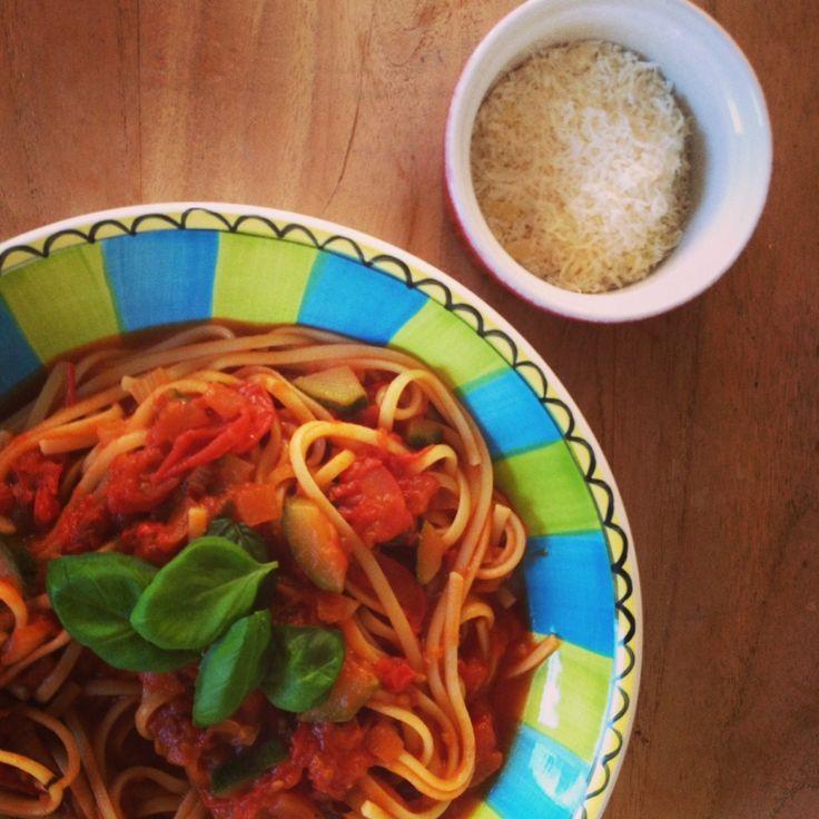 Wat doe je met veel verse tomaten? Lekkere tomatensaus maken met knoflook en chilipeper. #arrabiata #pasta #knoflook #tomaat #chicascooking