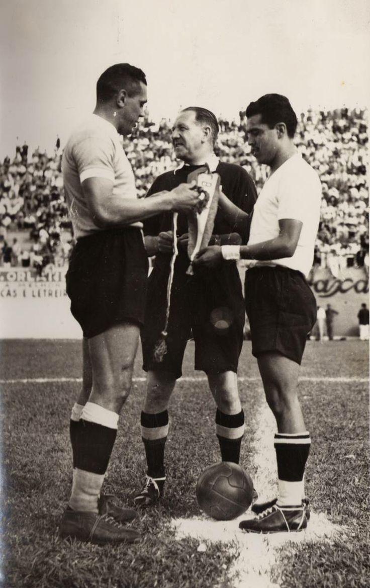 Obdulio Varela y Augusto da Costa capitanes de Uruguay y Brasil