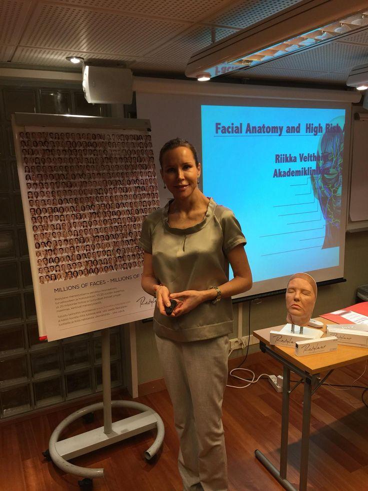Plastiikkakirurgi Riikka Veltheim luennoimassa yhteistyössä Galderman kanssa.