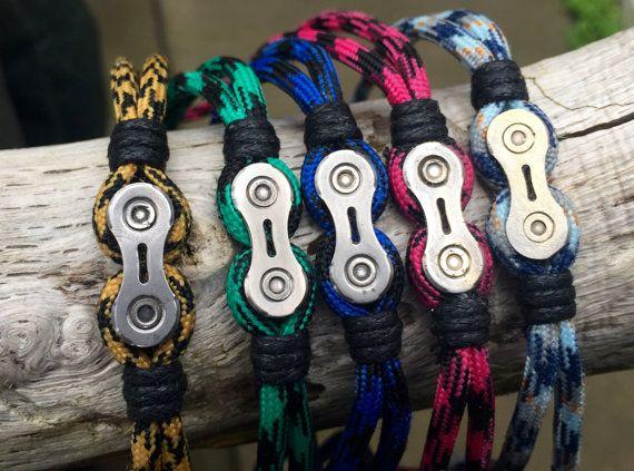 Cette liste est pour un maillon de chaîne de vélo à la main, bracelet en paracorde. Fait main de haute qualité 550 paracord, enroulé autour d'un maillon de chaîne de vélo recyclée et terminé par un fermoir magnétique en acier inoxydable. J'ai enlevé les liens d'une chaîne de vélo utilisé, bien nettoyer et polir eux, avant d'incorporer chacun comme une pièce maîtresse pour ce bracelet coloré. Le bracelet est muni d'un fermoir en acier inoxydable de 5mm qui a un mécanisme de verrouillage ma...