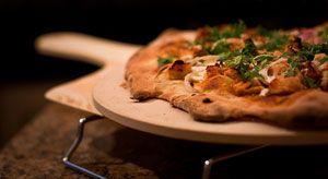 Пицца с курицей. Плюс имбирь. Ингредиенты :  2 ст л измельченного чеснока 2 ст л измельченного свежего имбиря 1 1/2 чашки мелко нарезанного зеленого лука 1 ч л оливкового масла 2 ст л соевого соуса 1 порезанное на кусочки филе курицы 3 спелые помидоры среднего размера 1 корж для пиццы 1/2 ст томатного соуса Маринара (помидоры, чеснок, базилик и лук) 120 г тертого сыра Моцарелла Приготовление:  Поджарить чеснок, имбирь, зеленый лук на среднем огне около 5 минут....