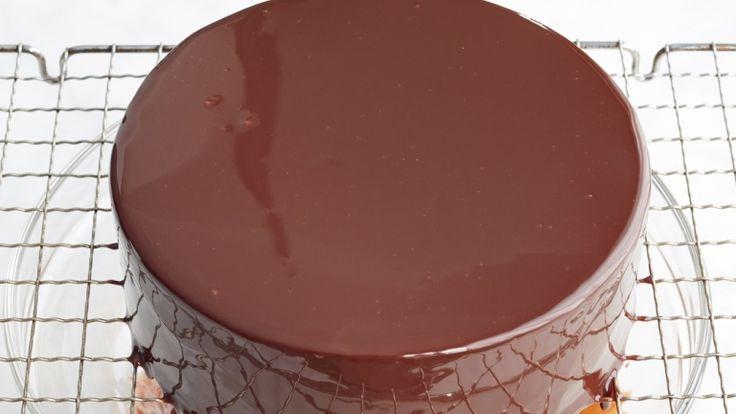 Tortákhoz, sütikhez elmaradhatatlan a csokimáz. Készítsd el velünk a tökéletes csokimázat egyszerűen és gyorsan. Csupán néhány lépést kell hozzá követni, és az eredmény nem marad el. Így készül tehát a karácsonyi sütik és torták tökéletes csokimáza.