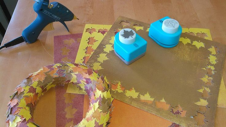 Ihana syksyinen kranssi syntyy stanssatuista paperilehdistä.