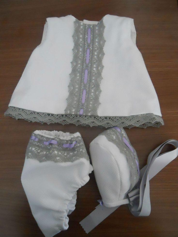 Conjunto de 3 piezas, en piqué blanco y bolillo gris.  Talla 3meses. Vestido, capota y cubrepañal