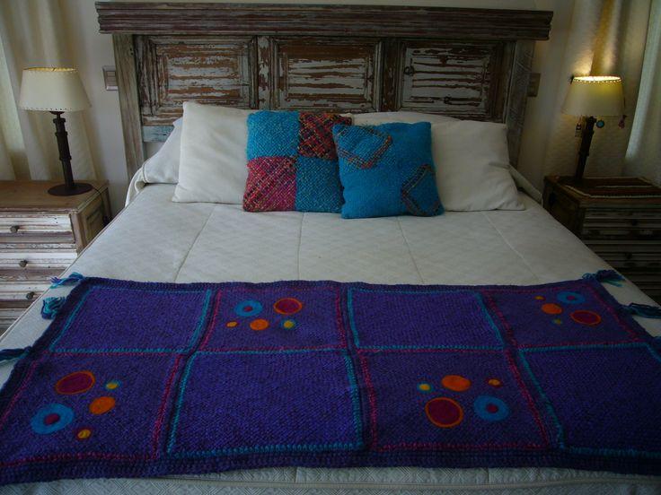 piecera de una plaza 150x68 tejida en telar artesanal ,bordada a mano ,en lana con acrilico  m_daniza@hotmail.com