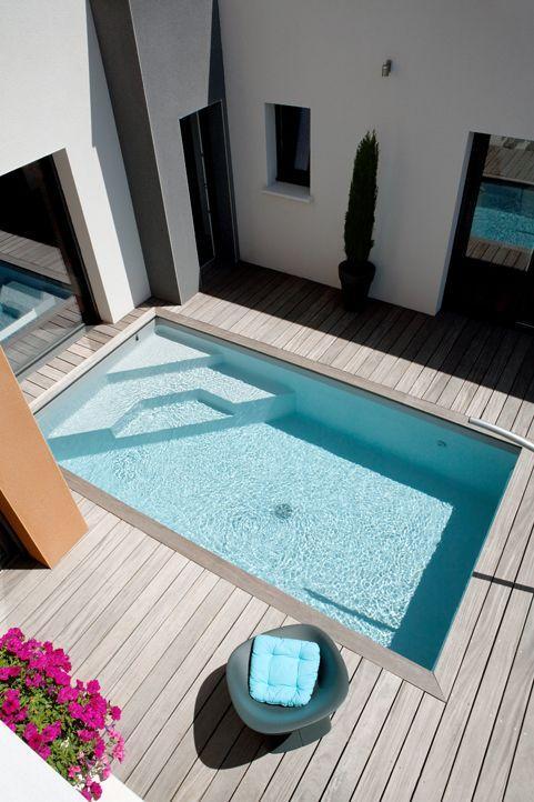 hoektrappen in klein zwembad