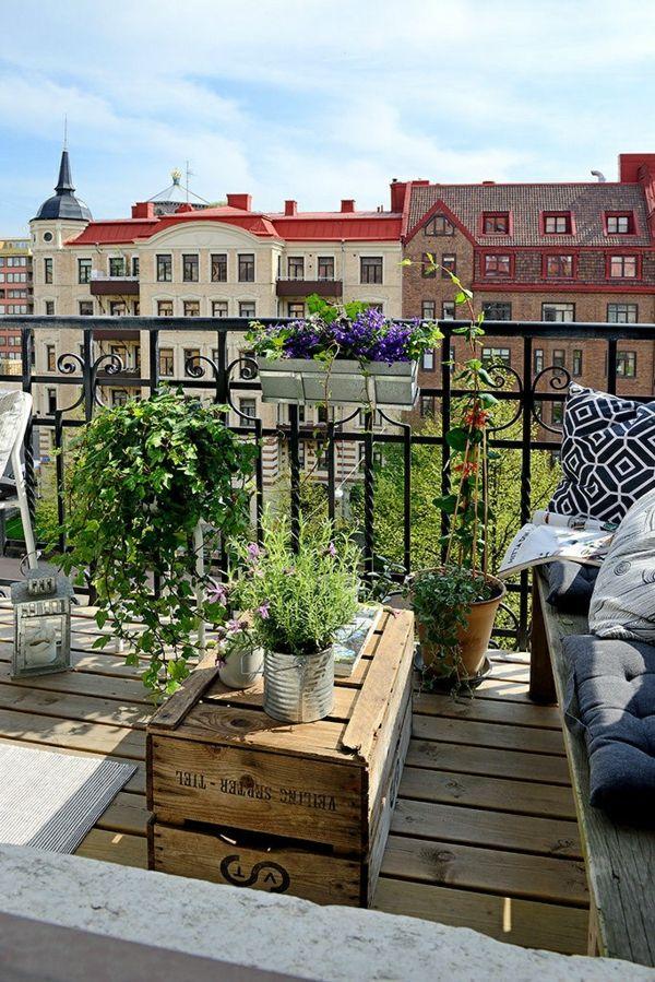 terrassengestaltung mit pflanzen holzkiste als tisch
