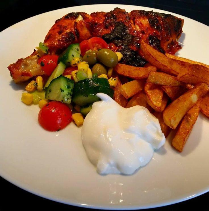 Saftiga Kycklingklubbor som får gotta sig i en riktigt god marinad. Serveras med potatisklyftor och en god vitlökscremé bredvid. Inte mycket som slår denna meny! Oj va gott.
