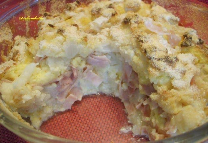 Už Vás nebaví na oběd připravit stále to samé - kuřecí prsa s rýží nebo bramborami? Vyzkoušejte zapékaný květák s nivou a šunkou. Určitě si pochutnáte.