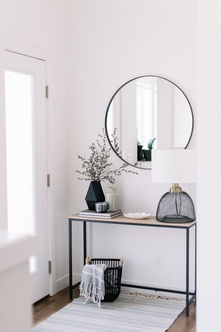 Black and white front entryway #entrywaydecor #hom…