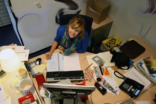 Ook eindredacteur Anna van Leeuwen is omringd door het oktobernummer.... 25 sept 2011