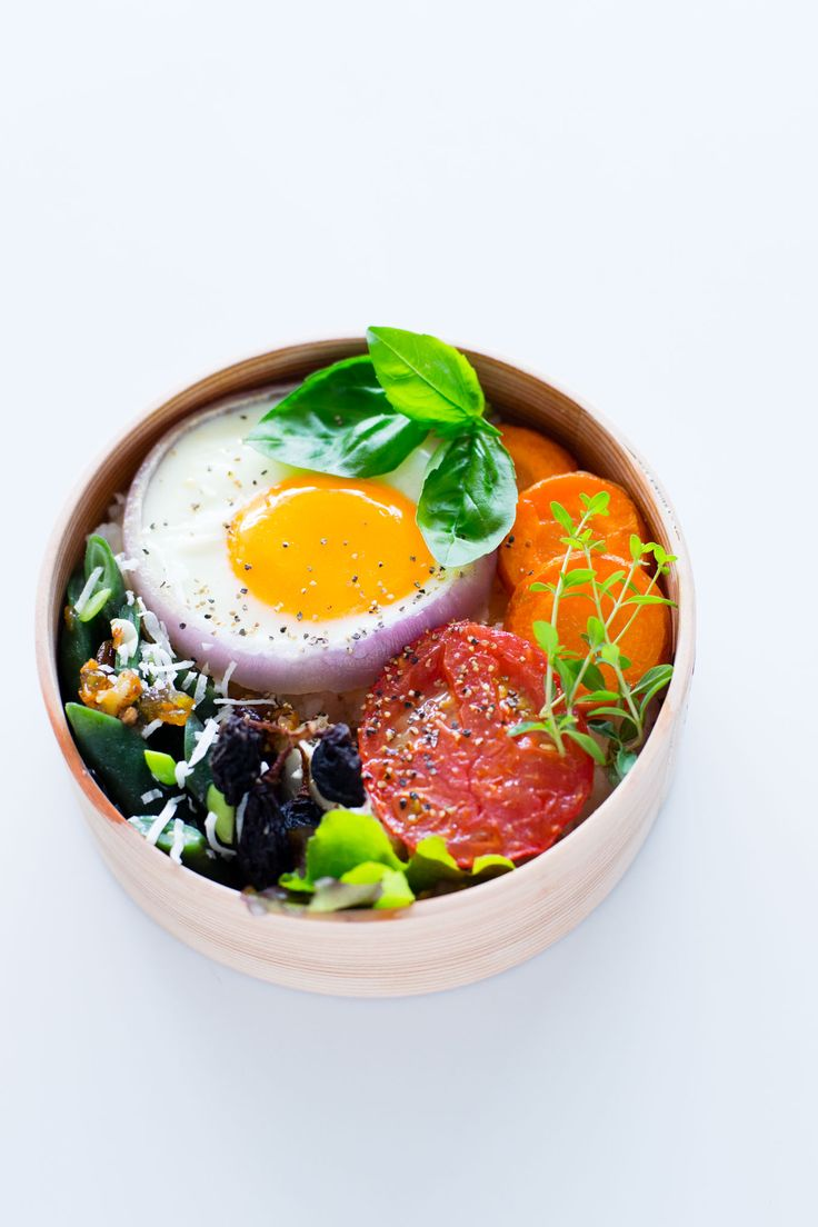 The egg in an onion is so pretty and such a great idea for keeping the shape (and adding a bit of flavor! - summer vegetables bento via magewappa-bento.com