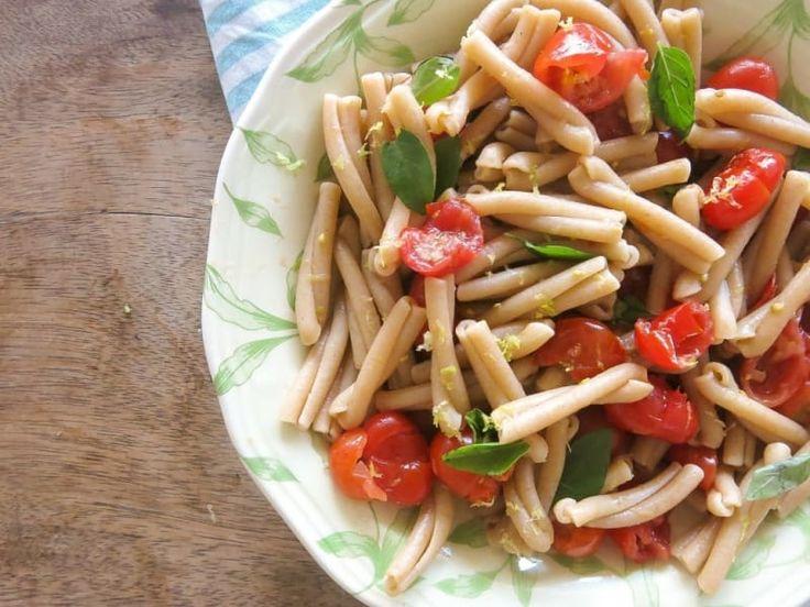 Você pega os tomates cereja e esmaga em uma tigela com os dedos mesmo, até estourarem, tempera bem com alho, azeite, limão, manjericão, azeite, junta o macarrão cozido e deixa um tempinho absorvendo. É para comer frio mesmo, como uma salada! Veja a receita aqui.