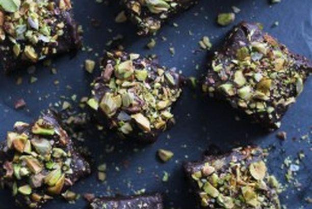 Brownies med chokoladeganache og saltede pistacienødder