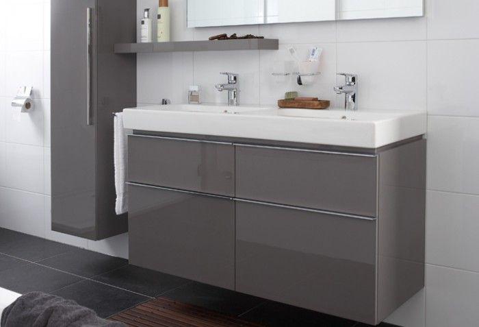 Bijzonder hoogglans meubel van Sphinx met een strak vormgegeven wastafel. Dit badkamermeubel heeft extra veel opbergruimte en ook een dubbele wastafel. Ideaal voor een groot gezin!