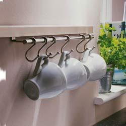 Sempre gostei de xícaras e canecas penduradas. Lembro-me muito bem dos armários da cozinha da minha mãe. Eles possuíam ganchos onde as xí...