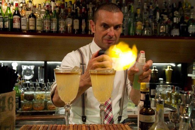 Cocktail. La fine del mondo preparatela con Bacardi e Martini flambè