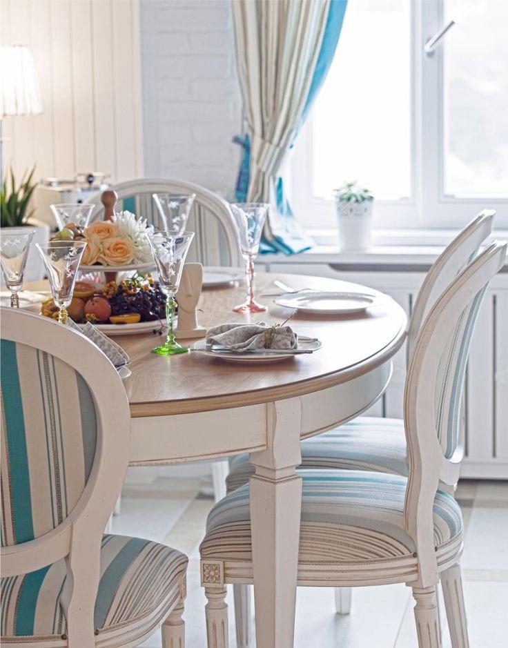 Деревянный круглый стол в интерьере кухни