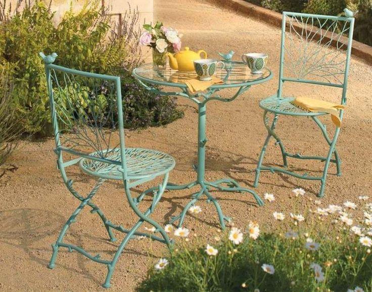 table ronde et chaises en métal peintes en turquoise