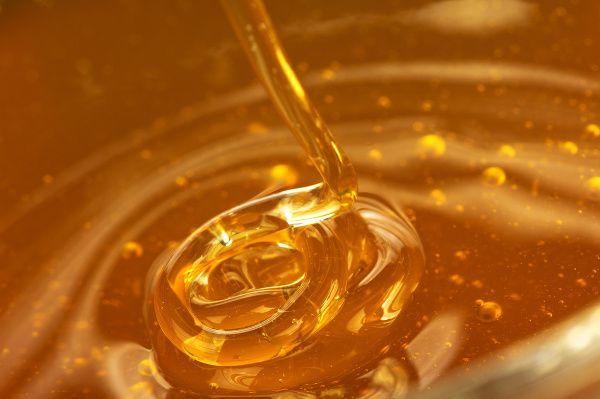 """Med je jednou z najzdravších potravín na svete. Už tisíce rokov sa používa ako potravina a zároveň užitočný liek proti mnohým zdravotným ťažkostiam. Obsahuje vysoké množstvo prospešných látok pre naše telo, niet divu, že dostal pomenovanie """"tekuté zlato""""."""