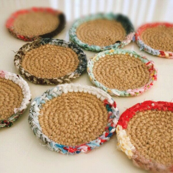 麻紐を土台に 周りを裂き布で編む 裂き編みコースターです(*^_^*)