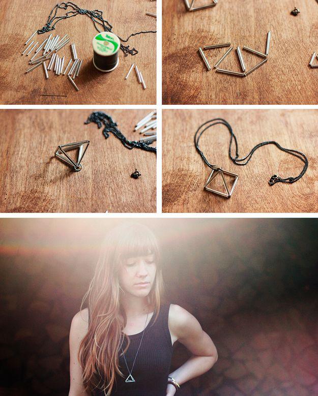 Você nunca adivinharia que este colar prisma minimalista foi feito de canutilhos.