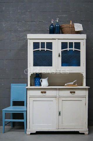 Buffetkast 10133 - Brocante houten buffetkast met een crème witte kleur. Het glas in de bovenste deuren is blauw van kleur, erachter zit een vaste legplank. De kast heeft een mooie geleefde uitstraling.
