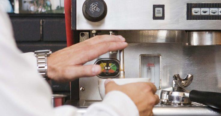 Las partes de una máquina de café. Espresso es un café fuerte preparado filtrando el agua hirviendo a través del café oscuro tostado molido. Las primeras máquinas de café espresso aparecieron en Italia antes de 1900. Más de un siglo después, están disponibles para el consumidor y para los mercados de la industria de servicios en diferentes tamaños y modelos, que van desde las ...