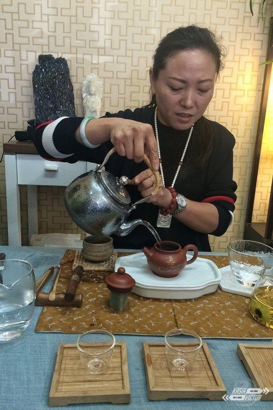 La gente que encontramos en nuestro camino es, la mayoría de las veces, sorprendente como es el caso de las personas que tuvimos la suerte de conocer durante nuestra estancia en Hohhot. Gracias, de nuevo, a la plataforma de Couchsurfing conocimos a Siyi. Pensamos en quedarnos dos noches pero nos propuso quedarnos un día más ya que tenía en día libre y quería llevarnos a una ceremonia de té… aceptamos encantados. #hohhot #mongoliainterior #china