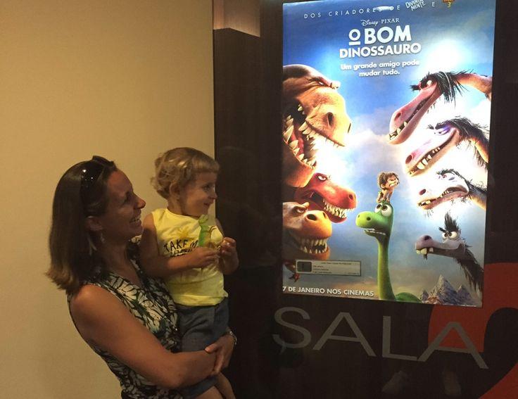 A primeira sessão de cinema a gente nunca esquece. Maternidade real. Filhos. Crianças no cinema. Cinema com bebês. O Bom Dinossauro. Disney Pixar.