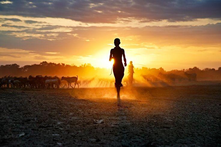 Ella corre al anochecer en Omo Valley, Etiopia. Fotografía de Steve McCurry